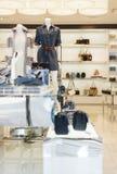 Interior de lujo y de moda de la tienda de ropa Imagen de archivo libre de regalías