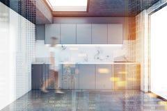 Interior de mármore da cozinha do sótão da parede, mulher Fotos de Stock