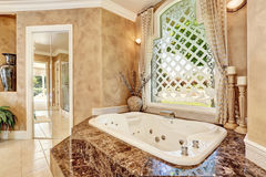 Interior de mármore luxuoso bonito do banheiro na cor bege fotografia de stock