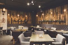 Interior de madeira acolhedor do restaurante, espaço da cópia imagens de stock