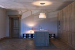 Interior de madeira clássico da cozinha com porta fechado 3d rendem Fotografia de Stock