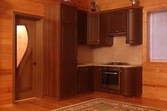 Interior de madeira da casa com unidade da cozinha fotografia de stock