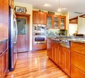 Interior de madeira da cozinha da cereja luxuosa com folhosa. Foto de Stock