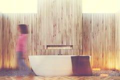 Interior de madeira do banheiro, mulher Fotografia de Stock