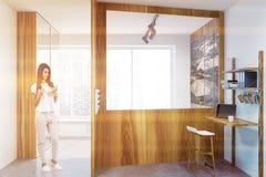 Interior de madeira do escritório domiciliário do sótão, quarto, mulher Fotos de Stock Royalty Free