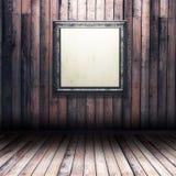 interior de madeira do grunge 3D com moldura para retrato vazia Foto de Stock Royalty Free