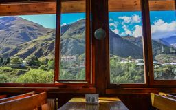 Interior de madeira do restaurante com opinião da natureza fotos de stock royalty free