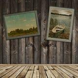 Interior de madera con las fotos viejas Fotos de archivo