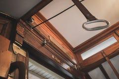 Interior de madera de la tranvía pasada de moda del transporte público s imagen de archivo