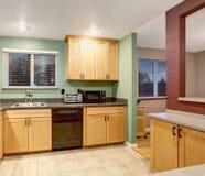 Interior de madera ligero americano de la cocina Fotos de archivo libres de regalías