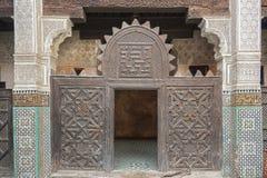 Interior de Madrasa Bou Inania en Meknes, Marruecos foto de archivo