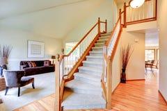 Interior de marfil brillante de la casa con el alto techo saltado Imagen de archivo libre de regalías