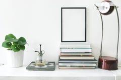 Interior de moda y elegante de la sala de estar con mofa encima del marco del cartel, de las plantas y de los accesorios del vint foto de archivo libre de regalías