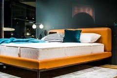 Interior de an?ncio bonito do apartamento Uma cama para a venda decor Mob?lia estofada imagens de stock