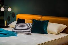 Interior de an?ncio bonito do apartamento Uma cama para a venda decor Mob?lia estofada fotografia de stock royalty free