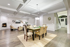 Interior de plano aberto do estilo bonito do artesão com cealing coffered fotografia de stock