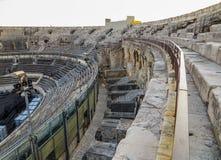 Interior de Roman Amphitheatter antigo em França imagem de stock