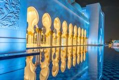 Interior de Sheikh Zayed Grand Mosque en la noche en Abu Dhabi - UAE Imagen de archivo