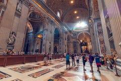 Interior de St Peter Basilica Imagenes de archivo