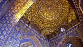 Interior de Tilya-Kori Madrasah en el cuadrado de Registan en Samarkand - Uzbekistán almacen de metraje de vídeo