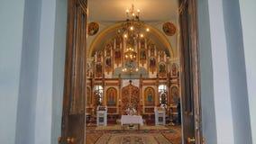 Interior de um altar velho da igreja video estoque