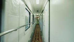 Interior de um automóvel de passageiros confortável A câmera move-se ao longo das portas do compartimento tiro do steadicam filme