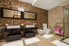 Interior de um banheiro em uma casa de campo Imagem de Stock