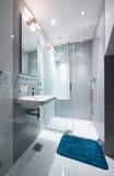 Interior de um banheiro pequeno Fotografia de Stock