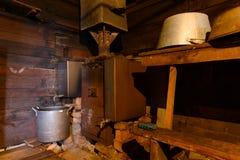 Interior de um banho de madeira velho fotografia de stock