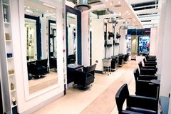 Interior de um cabeleireiro de luxo Barber Salon imagens de stock royalty free