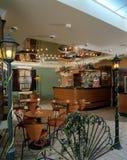 Interior de um café acolhedor fotografia de stock royalty free
