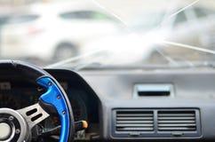 Interior de um carro durante um acidente de tráfico fotografia de stock