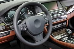 Interior de um carro luxuoso moderno imagem de stock