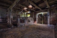Interior de um celeiro velho, deteriorando. foto de stock
