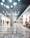 Interior de um centro de compra Imagens de Stock Royalty Free