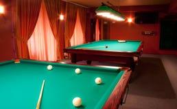 Interior de um clube que tem tabelas de bilhar Fotografia de Stock