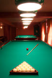 Interior de um clube que tem tabelas de bilhar Fotos de Stock Royalty Free