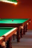 Interior de um clube que tem tabelas de bilhar Foto de Stock Royalty Free