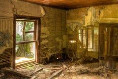 Interior de um derelict, casa da quinta das pessoas de cem anos foto de stock royalty free