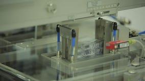 Interior de um equipamento da indústria farmacêutica para caixas de embalagem dos comprimidos A máquina ótica automática da inspe vídeos de arquivo