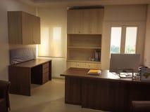 Interior de um escritório, do local de trabalho com janelas, de um computador e de tabelas fotos de stock royalty free