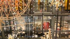 Interior de um grande centro moderno do shopping Composições decorativas, detalhes contemporâneos do projeto O conceito de filme