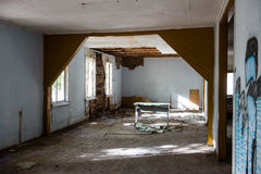 Interior de um hospital soviético abandonado velho Fotos de Stock Royalty Free