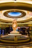 Interior de um hotel luxuoso com as estátuas gregas de mármore Foto de Stock Royalty Free