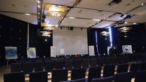 Interior de um palácio do congresso, audiência estoque Cena da conferência Conferência de negócio interna para gerentes filme