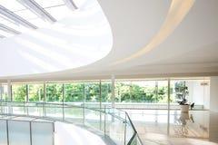 Interior de um prédio de escritórios moderno Foto de Stock Royalty Free