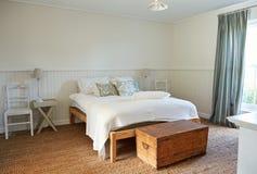 Interior de um quarto confortável em uma casa do estilo country imagem de stock