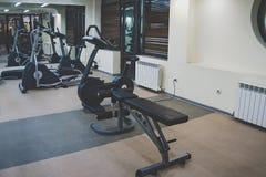 Interior de um salão da aptidão Vários gyms para esportes em um gym home pequeno foto de stock