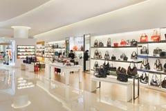 Interior de um shopping luxuoso, Shanghai, China fotografia de stock
