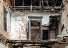 Interior de um solar abandonado, interior de construção abandonado fotografia de stock